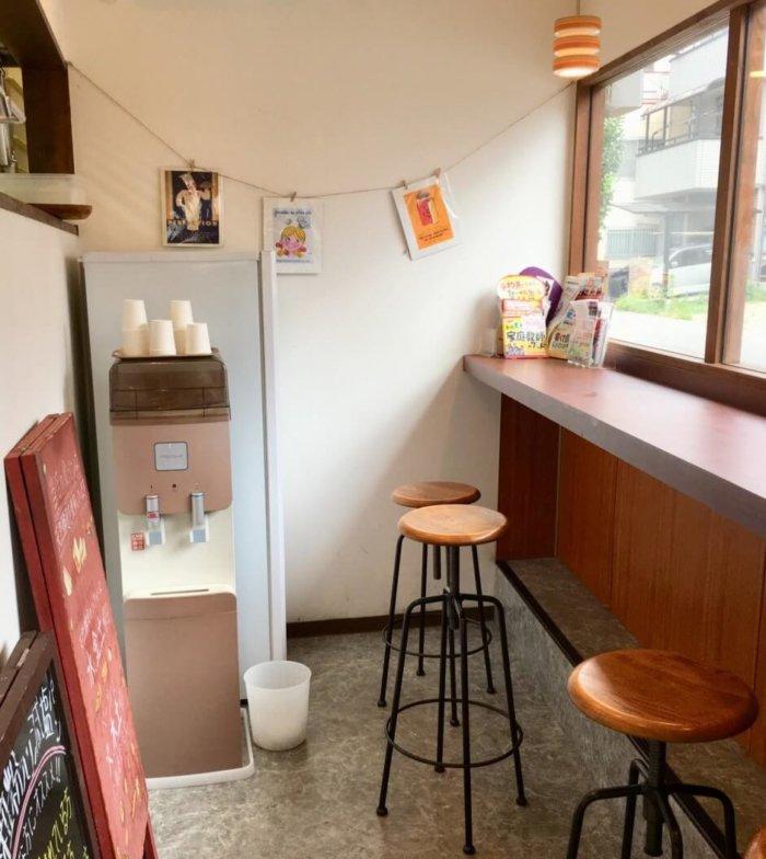 マルルー都島区店内のイートインスペースはカウンター椅子