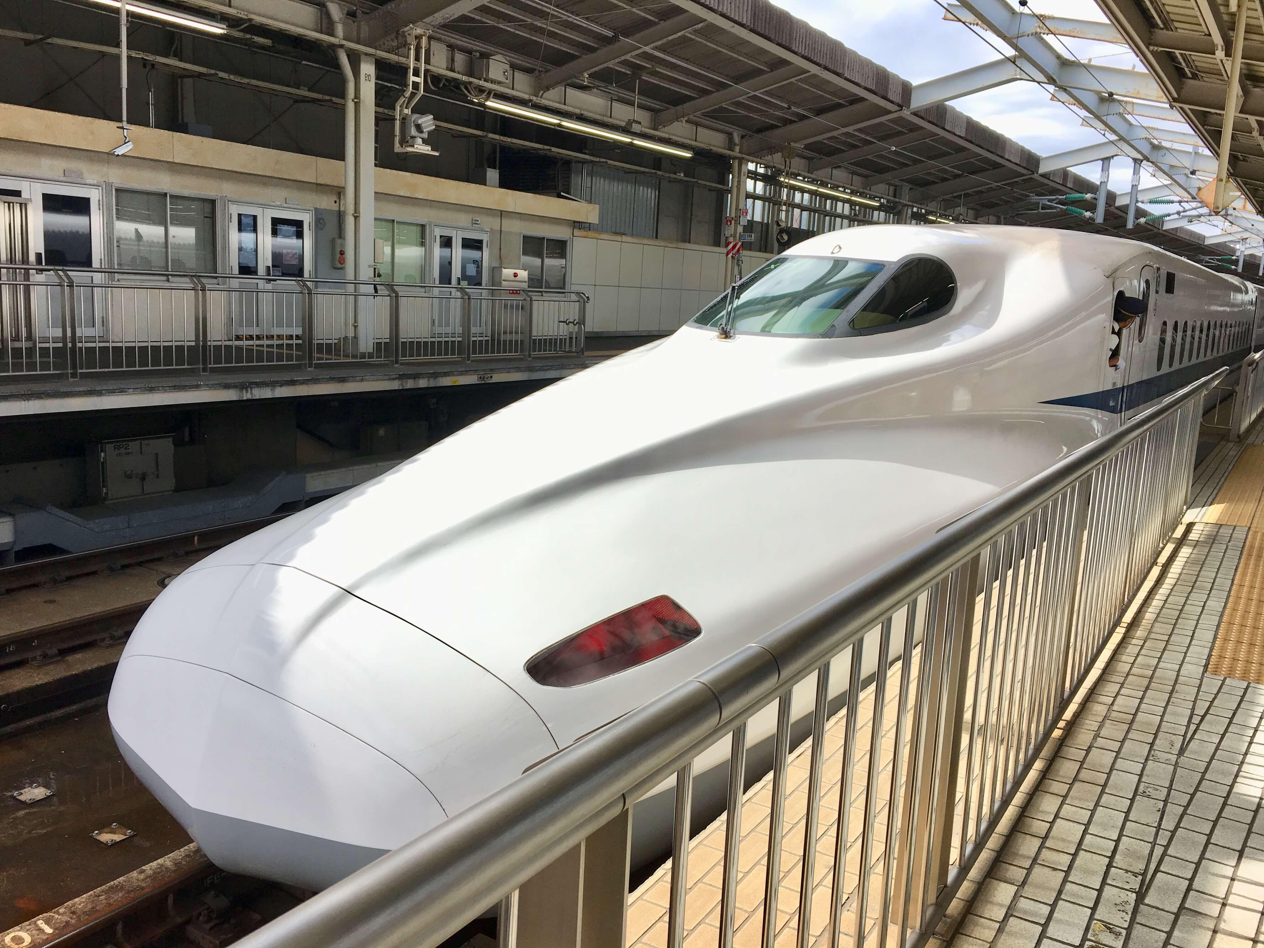 博多行きの新幹線のぞみ先頭