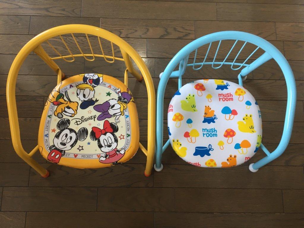 ダイソー子供椅子と一般的な子供椅子を並べて上から見た写真
