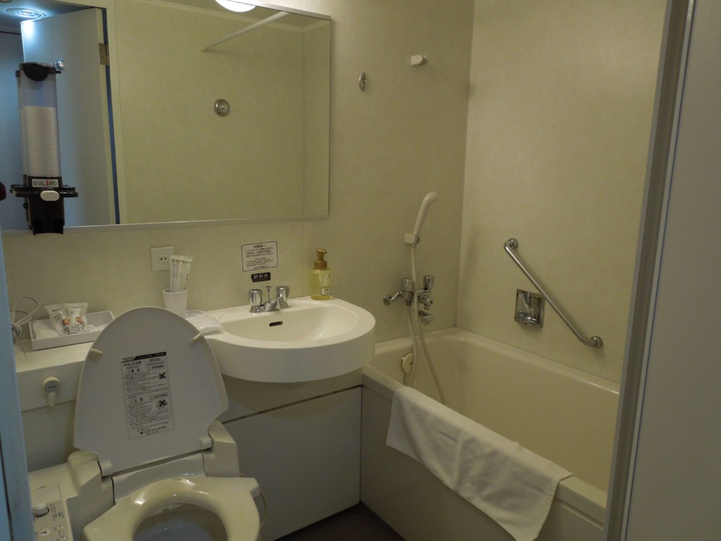 大江戸温泉物語箕面観光ホテル部屋の洗面所