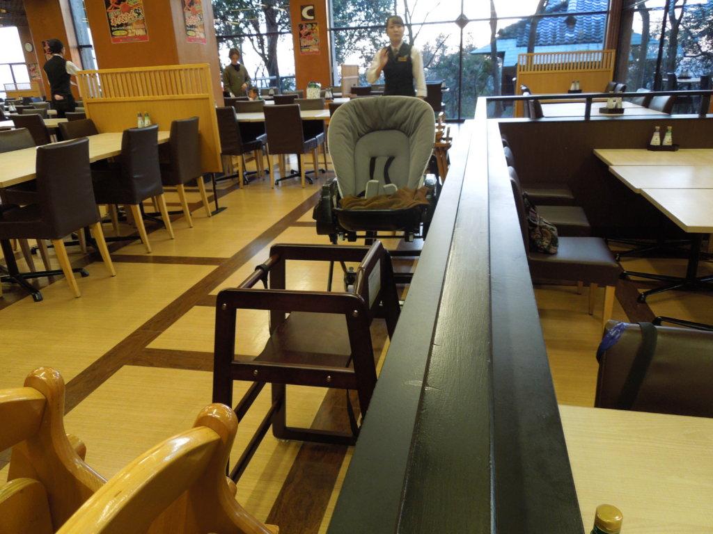 大江戸温泉物語 箕面観光ホテルのバイキング会場の子供椅子