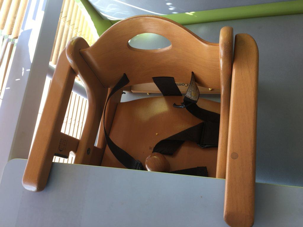 サイゼリヤのテーブルにつける子供椅子