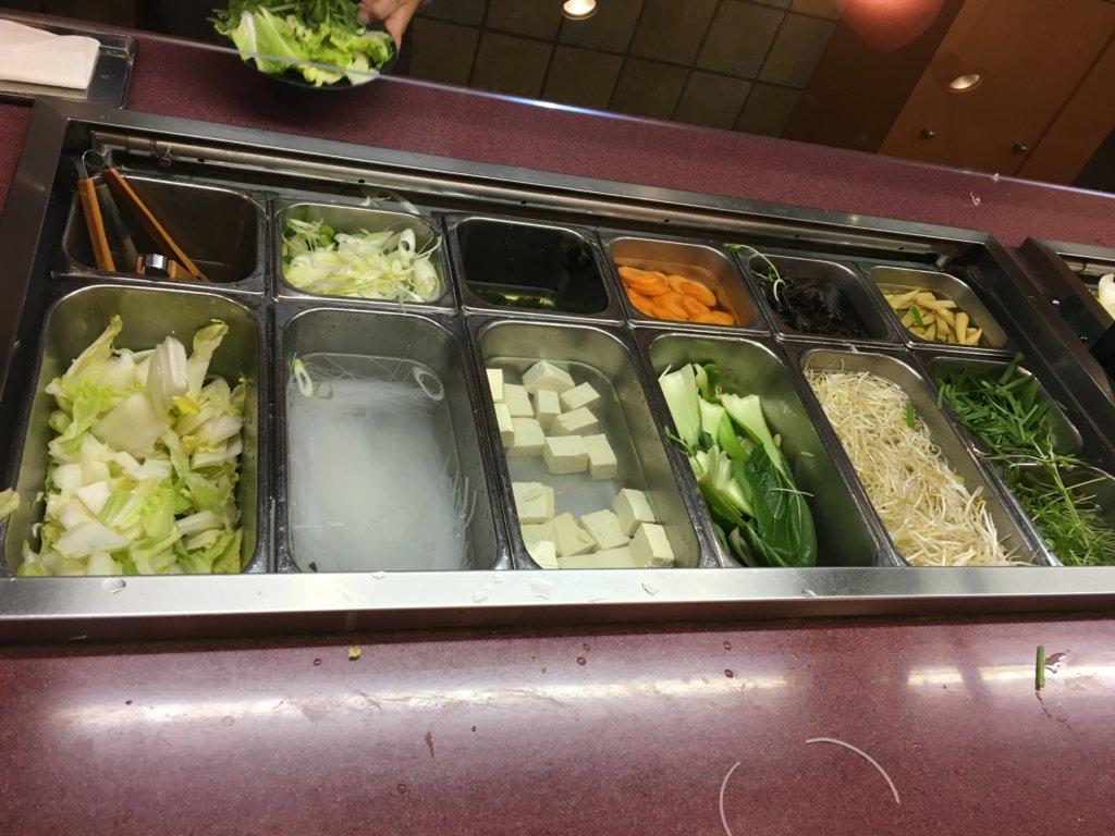 しゃぶ扇南港ATC店の野菜食べ放題コーナー左