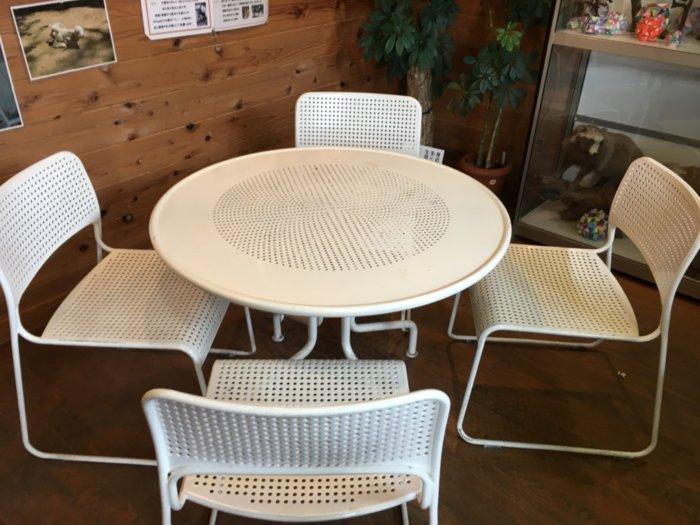 五月山動物園総合案内所の椅子