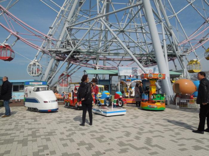 淡路サービスエリア下り観覧車の下には小さい子供向けの乗り物