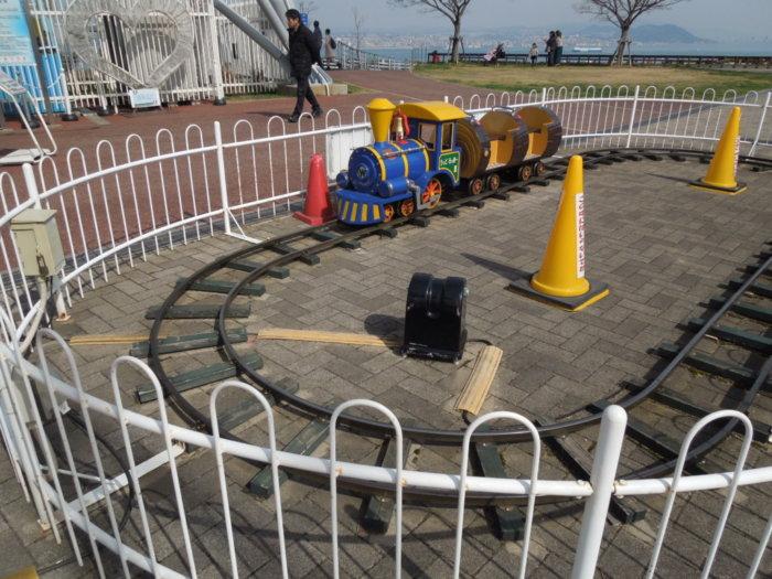 淡路サービスエリア下り観覧車の下には小さい子供向けの乗り物機関車