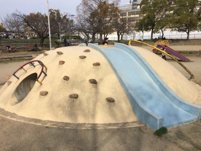 毛馬桜ノ宮公園、児童遊技場の遊具登れる山