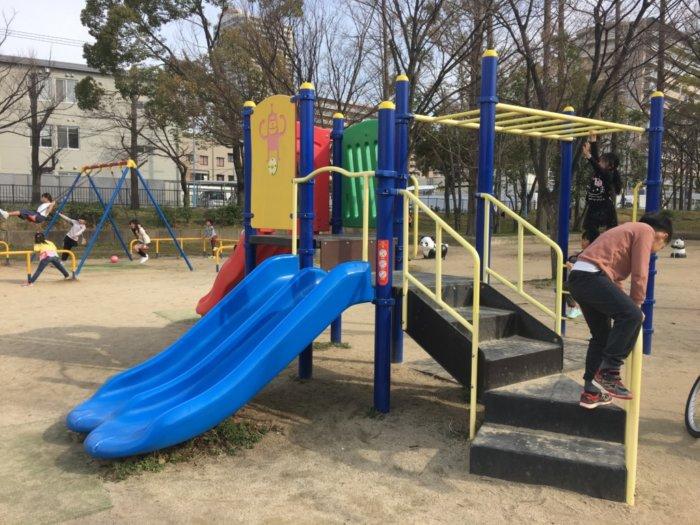 毛馬桜ノ宮公園、児童遊技場の遊具うんてい付きすべり台