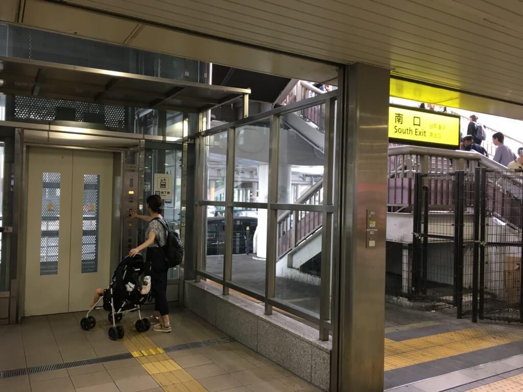天王寺駅から歩道橋へのエレベーター