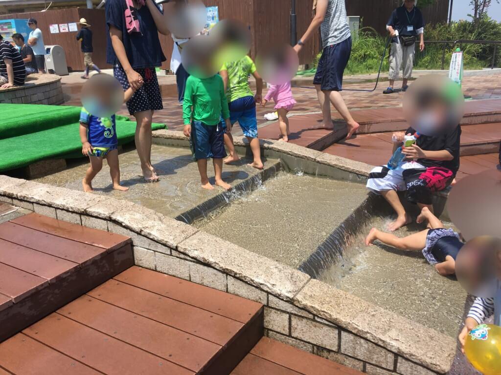 ハーベストの丘水遊び(じゃぶじゃぶ広場)階段の水は少し急