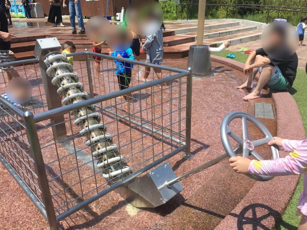 ハーベストの丘水遊び(じゃぶじゃぶ広場)ハンドルを回すと水が流れる