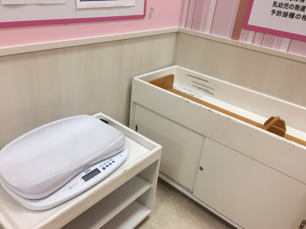キューズモール2階授乳室・オムツ・遊び場にある体重計・身長計