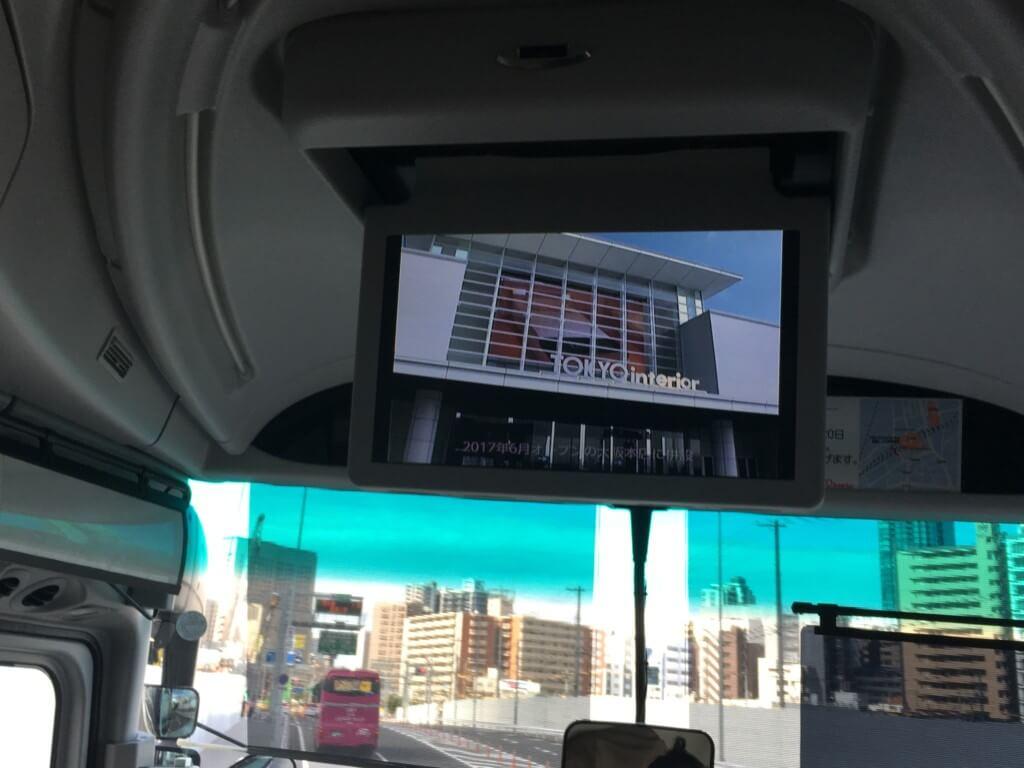 東京インテリア大阪本店の無料送迎バス車内のテレビ
