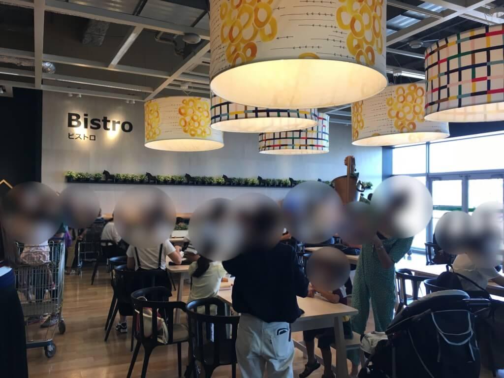 IKEAのホットドッグ食べる場所はほぼ立ったまま