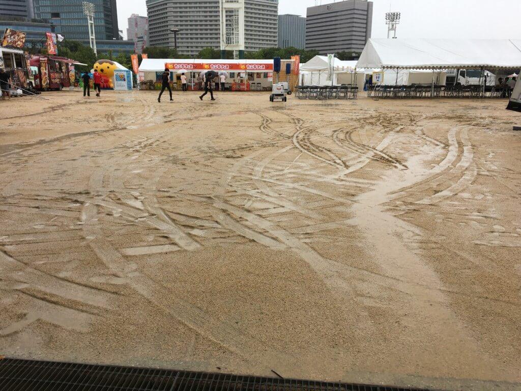 屋台フェス大阪2019会場が雨でドロドロ