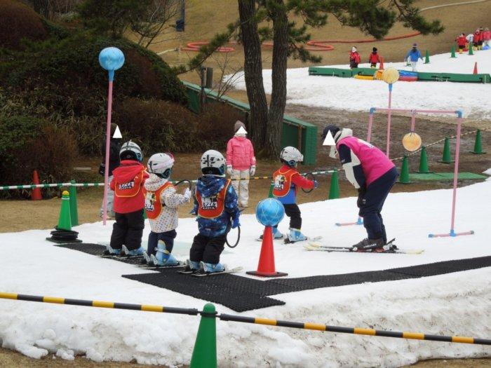 あそびばす雪遊びツアー六甲山スノーパークのスキー教室