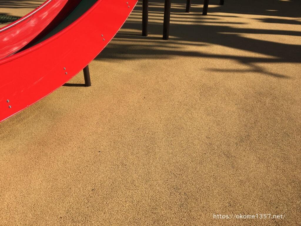 大枝公園の地面はクッションで安心