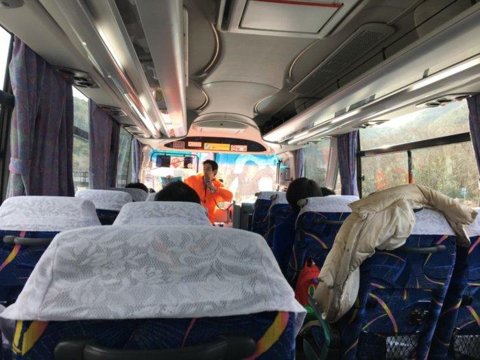 あそびばす雪遊びツアーバス内で〇✖クイズ